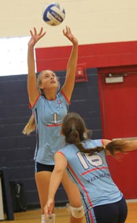 Grace Frohling is a 6-foot-2 setter for Marymount of Los Angeles. Her sister, Hannah, plays currently for Pepperdine. Photo: Twitter.com.